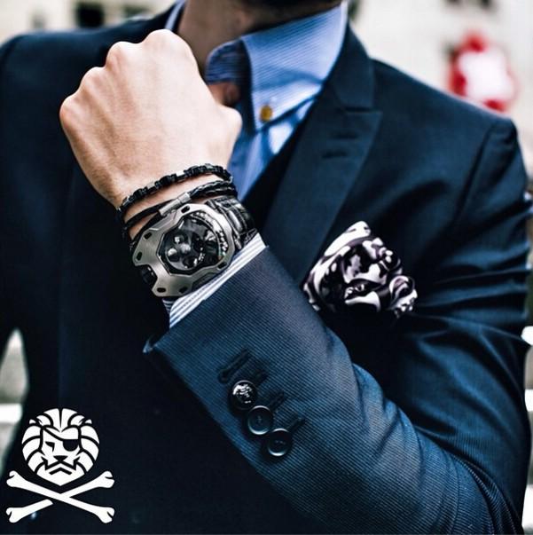 很多人内心都有不安分的一面,看似安于现状,实则在寻求契机,然后放手一搏。比如,很多人习惯了一种穿衣风格,但当有不同的风格入眼时,内心会有些雀跃,欲跃跃一试。 拿戴表来说。一般而言,正统一点的,会身穿西装,腕间的那块表大多是正装表或商务表,给人一种严谨,成熟,稳重的印象。