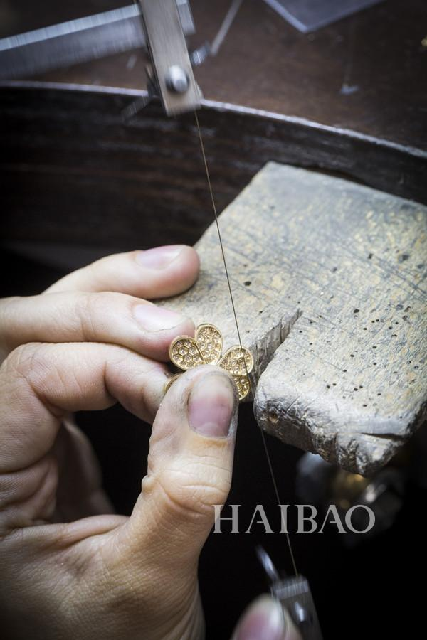 梵克雅宝(Van Cleef&Arpels) 的工艺大师们用最精湛的技巧让珠宝焕发璀璨光芒