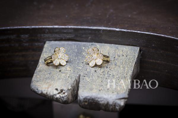 梵克雅宝(Van Cleef&Arpels) 的工艺大师们正在制作Frivole系列珠宝