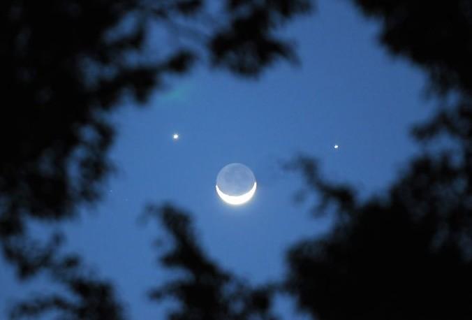 香港夜空出现美如画的双星伴月_给你带来一款宝珀月相手表